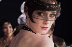 Such a gorgeous headpiece! Elizabeth Debicki as Jordan Baker in The Great Gatsby Gatsby Hat, Jay Gatsby, Gatsby Style, Gatsby Headpiece, 1920 Style, The Great Gatsby Movie, Great Gatsby Fashion, O Grande Gatsby, Elizabeth Debicki