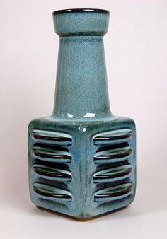 SOHOLM pottery ribbed vase by Einar Johansen, Denmark Ceramic Tableware, Glass Ceramic, Ceramic Decor, Ceramic Pottery, Pottery Art, Ceramic Art, Vintage Pottery, Handmade Pottery, Vintage Ceramic
