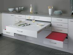 ¿Una cocina pequeña donde no cabe una mesa y sillas de desayuno? Aquí tienes una idea de mesa y sillas integradas en el propio mueble (By ALNO, AG)