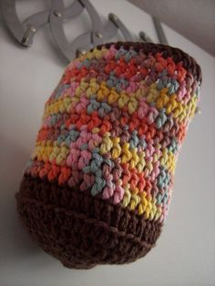 Koupelnový košík barevný Háčkovaný koupelnový košík na zavěšení. Materiál : 100% bavlna s bambusem.