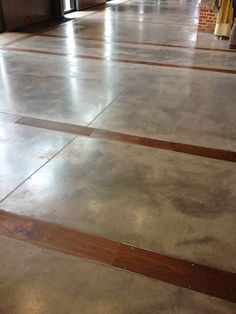 Concrete floors with wood inlay - Concrete and wood are both very common materials in construction but unique ways to merge the two can create design worth talking about Concrete Wood, Stained Concrete, Polished Concrete, Concrete Floors, Plywood Floors, Concrete Countertops, Basement Flooring, Plank Flooring, Kitchen Flooring