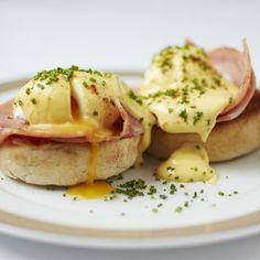 Вкусные яйца Бенедикт на завтрак.