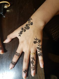 49 Beautiful Henna Tattoo Designs For Girls To Try At least Once - Torturein Egypt Modern Tattoo Designs, Henna Tattoo Designs Simple, Finger Henna Designs, Bridal Henna Designs, Beautiful Henna Designs, Tattoo Designs For Girls, Geometric Designs, Mehndi Design Photos, Mehndi Art Designs