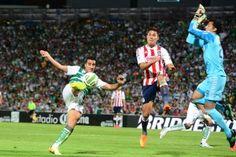 Guadalajara sigue sin ganar en la nueva casa de Santos Laguna y esta noche en la ida de semifinales del Torneo Clausura 2015 se encomendó al portero Luis Michel para sostener la igualada sin goles. En juego disputado en el estadio Corona, los Guerreros fueron más incisivos al ataque, sobre todo, en el segundo […]