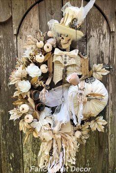 Halloween Decorations, Halloween Wreaths, Halloween Magic, Halloween Diy, Halloween Designs, Halloween Stuff, Christmas Wreaths, Steampunk Halloween, Steampunk Hat