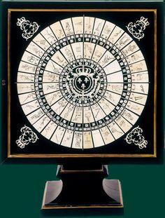 """Jeu de """"la chouette"""" au chiffre et armoiries de Louis XIV - Versailles, Musée national du château de Versailles Jeu de paris sur tableau, la chouette se joue avec 3 dés, dont les 56 combinaisons sont représentées sur les cases d'un tableau à 6 cercles concentriques. Le chiffre couronné de Louis XIV dans les écoinçons et les armes du roi au centre, où l'on trouve habituellement une silhouette de chouette, peuvent indiquer une provenance royale."""