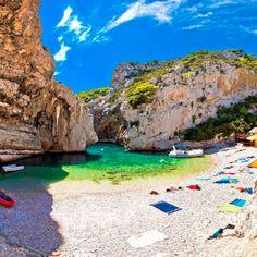 Voor een mooi strand moet je naar Thailand of Australië, denk je? Nee hoor, in Europa hebben we ook enkele pareltjes waar je je zo in het paradijs waant.…