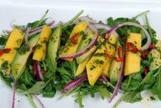 Ensalada de mango, aguacate y rúcula (mango, avocado and arugula salad) Mango Avocado Salad, Mango Salat, Avocado Salat, Healthy Salads, Healthy Eating, Healthy Recipes, Quinoa Benefits, Arugula Salad Recipes, Meat Loaf