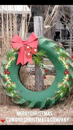 14 Antique Ideas for Outdoor Christmas Decorations - Christmas DIY Backyard Decor Christmas Garden, Decoration Christmas, Country Christmas, Christmas Projects, Winter Christmas, Christmas Holidays, Christmas Wreaths, Christmas Ornaments, Holiday Decor