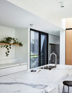 Project 12 Architecture's Northcote Residence, where an existing Californian bungalow and its ill-fitting extension is given new life. Australian Architecture, Australian Homes, Residential Architecture, Interior Architecture, California Bungalow, Casas Containers, Four Rooms, Timber Cladding, Inspired Homes