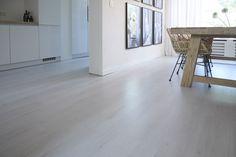 Kwantum - Het licht eiken laminaat 'Woodson' van Kwantum heeft een dikte van 6 mm.  Dit zorgt voor een prima demping van het contactgeluid. De laminaatplanken sluiten naadloos op elkaar aan. Het laminaat heeft geen voegen of naden waardoor de vloer een glad geheel vormt. 'Woodson' is voordelig, onderhoudsvriendelijk en een duurzaam alternatief voor echt hout. Bovendien is het eenvoudig zelf te leggen, al kan dit ook deskundig worden gedaan door Kwantum.