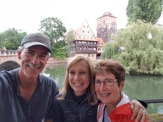 Nuremberg Tours in English with Happy Tour Customers in front of the Weinstadl in Nuremberg
