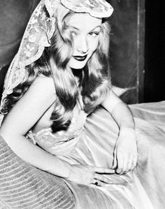 Veronica Lake in the Daily News studio, photographed by Joseph Costa. 19th Oct 1942