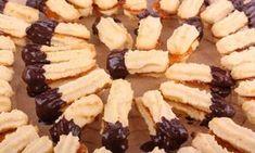 Recept na kokosové strojkové cukroví, který je velmi snadný a výsledek poté stojí opravdu za to. Oblíbené kokosové vánoční cukroví může krásně ozdobit sváteční tabuli.