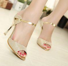 El zapato dorado, un básico de la elegancia, ¿con cuál te quedas?