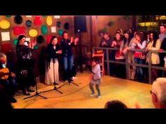 La niña con más arte bailando en la caseta CasiTreinta en la feria de Jerez