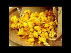 Snacks really can be tasty and healthy at the same time. For this one just mix all the ingredients and then all you have to do is roast them for 20 minutes. Flavor the cauliflower florets with turmeric (try fresh one). You can also add parmesan to taste. This can be served as a side dish, too. Cauliflower Popcorn, Parmesan Cauliflower, Turmeric, Keto Recipes, Side Dishes, Roast, Snacks, Fresh, Healthy