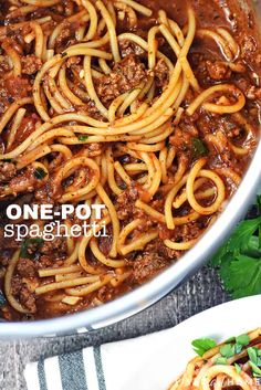 One-Pot Spaghetti is quick, easy, & delicious, with only one pot to wash for a family-pleasing dinner.you'll never make regular spaghetti again! Spaghetti With Ground Beef, One Pot Spaghetti, Spaghetti Dinner, Spaghetti Squash, Spaghetti Beef Recipe, Spaghetti With Meat Sauce, Recipes For Spaghetti, Homemade Spaghetti, Modern Kitchens