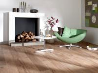 SZCZOTKOWANY PARKIET DĘBOWY NA PODŁOGACH: Podczas szczotkowania z drewna usuwane są miękkie tkanki. To sprawia, że słoje są bardziej widoczne i wyczuwalne w dotyku, bo na drewnie powstają delikatne zagłębienia. Takie własnie są podłogi ze szczotkowanego parkietu dębowego.