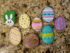 17 Trendy Ideas For Painting Rocks Ideas Easter Eggs Rock Painting Patterns, Rock Painting Ideas Easy, Rock Painting Designs, Pebble Painting, Pebble Art, Stone Painting, Egg Rock, Happy Rock, Marker