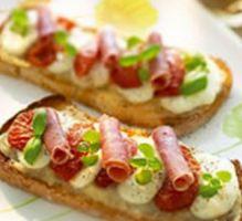 Recette - Bruschetta tomates confites, jambon italien, mozzarella et marmelade d'oignons - Notée 4.5/5 par les internautes