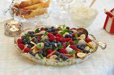 Frisk fruktsalat, server med pisket krem.