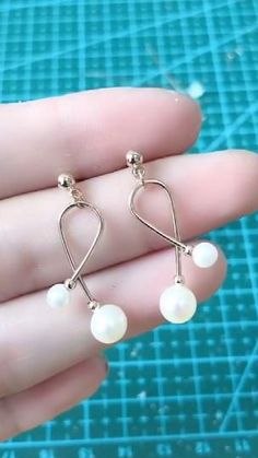 Diy Earrings Video, Diy Earrings Studs, Beaded Earrings, Beaded Jewelry, Wire Jewelry Designs, Handmade Wire Jewelry, Resin Jewelry, Jewellery, Homemade Jewelry