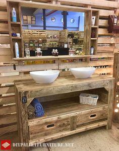 Große rustikale Möbel für das Bad mit Paletten, Die Schubladen enthält, ein Regal und die beiden Senken Sie sehen können. Auch im September können wir einen riesigen Spiegel mit Regalen finden. Die…