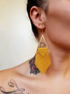 Wild And Feather macrame earrings: Sahara - mustard Macrame Design, Macrame Art, Macrame Projects, Macrame Jewelry, Diy Jewelry, Handmade Jewelry, Jewelry Making, Macrame Knots, Jewellery