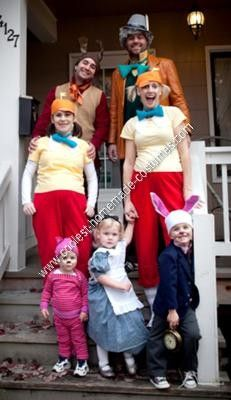 Homemade Alice in Wonderland Family Costumes: For the second year in a row, we have teamed up with our friends to create an entire theme including our kids (last year we went as the Flintstones). Mickey Halloween Party, Diy Teen Halloween Costumes, Disney Family Costumes, Halloween 2013, Halloween Cosplay, Holidays Halloween, Scary Halloween, Halloween Themes, Disney Familienkostüme