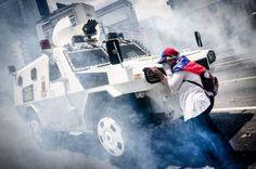 Una ciudadana de edad avanzada, de quien aún se desconoce su identidad, fue conocida en las redes por colocarse en frente de una tanqueta de la Guardia Nacional Bolivariana (GNB) para impedir el paso del vehículo militar. La mujer que llevaba una bandera de Venezuela en su espalda se rehusó apartarse.   Fuente: El Nacional