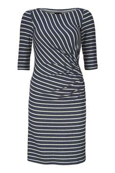 Althea kjolen fra WEIZ Copenhagen har en utrolig smuk facon, draperingen i siden giver både en fed effekt samt skjuler den lille topmave.