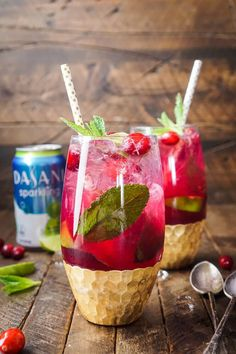 This Cranberry Mojito Punch is so refreshing and flavorful! It's a festive sparkling cocktail that's sure to have everyone dancing the night away at your holiday party! The red and green make it the perfect Christmas cocktail recipe! Holiday Punch, Christmas Punch, Christmas Cocktails, Holiday Cocktails, Fun Cocktails, Christmas 2016, Christmas Deco, Christmas Cookies, Mojito Punch Recipe