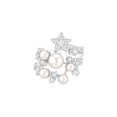 Chanel Voie Lactée ring in white gold set with 45 brilliant-cut diamonds and six Japanese cultured pearls, from the new Comete collection. Chanel Ring, Coco Chanel, Chanel Jewelry, Jewelery, High Jewelry, Pearl Jewelry, Unique Jewelry, Jewelry Design, Bling Bling