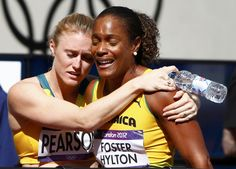 Sally Pearson de Australia (izq.) consuela a Brigitte Foster-Hylton de Jamaica luego de que esta última no pudiera avanzar a la siguiente ronda en los 1100m con vallas femenino en los Juegos Olímpicos de Londres 2012 en el Estadio Olímpico el 06 de agosto 2012.