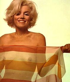 Naughty photos of Marilyn Monroe. The infamous last sitting photos session of Marilyn Monroe with Bert Stern. Marilyn Monroe Photos, Marylin Monroe, Playboy, Pin Up, Bert Stern, Posters Vintage, Foto Pose, Norma Jeane, Poses