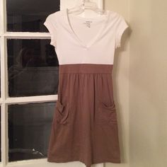 Old navy xs casual dress. Great used condition Xs old navy dress. Comfy and casual. worn around arms Old Navy Dresses