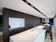 Lange keuken • eiland • inbouwkasten • modern • Architect Jan De Schutter