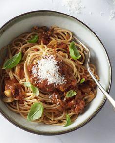 Iedereen is fan van een goede spaghetti bolognaise. En je kan er ook een heerlijke vegetarische versie van maken, die zeker niet hoeft in te boeten aan smaak.