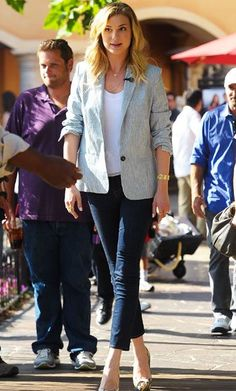 Revenge lead Emily VanCamp favors sophisticated styles like the cropped jeans, blazer and Brian Atwood peep-toes she wore for a visit to Extra.