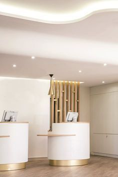 Order now the best luxury hotel lobby lighting inspiration for your interior design project at luxxu Hotel Reception Desk, Reception Desk Design, Hotel Lounge, Lobby Reception, Front Desk Hotel, Modern Reception Desk, Reception Counter, Hotel Suites, Hotel Lobby Design