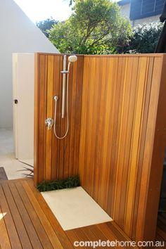 outdoor shower - In einem ganz modernen Style wurde die Dusche angepasst - zu dieser modernen Ausführung passt perfekt die Glasdusche Kuba mit seiner schlicht schwarzen Glasfront - http://www.wellness-stock.de/Glasdusche-Kuba-Warmwasser