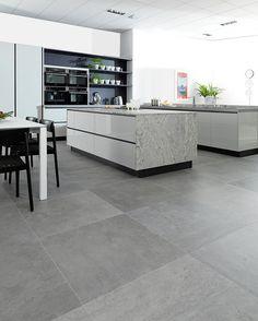 Rektifikovaná dlažba věrně imitující kamenný reliéf Rodano Silver má rozměry 80 x 80 cm a stojí 3485 Kč/m² ; Design Bath