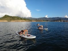 espacios para el #sup #yoga parajes, recodos, bahias, islas, todos en la represa de guatape @Natalia Mesa #supcolombia