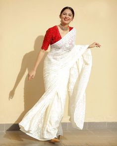 Cotton Saree Designs, Saree Blouse Designs, Red Blouse Saree, Red Saree, Saree Wearing Styles, Saree Styles, Indian Gowns Dresses, Indian Fashion Dresses, Saree Designs Party Wear