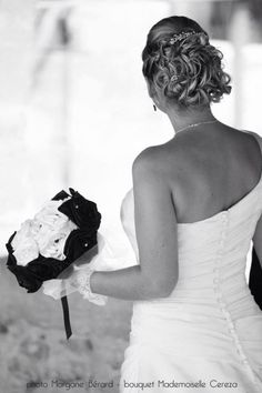 mariage ivoire noir style Chanel Haute Couture - bouquet de mariée en fleurs de satin et perles - Mademoiselle Cereza bijoux accessoires mariée Made in France