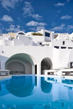 Chromata Hotel, part of Small Luxury Hotels of the World, amazes with the pure white everywhere, the blue pool and minimalist design! http://www.guestus.com/EN/Europe/Greece/South-Aegean/Santorini/Hotels/Chromata-Hotel/