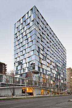 파사드 디자인은 건축물의 지향점을 적나라하게 표현하는 주요 수단이자, 외부환경으로 부터 내부환경을 보호, 지속가능한 공간을 구현하는 기능적 요소로 사용된다. 제한적인 건축물의 상황을 수용하며 태양 복사로 인한 내부 열에너지 과부하 방지, 직사광선 방지와 더불어 풍부한 간접광 유입을 목표로 다음과 같은 5가지 변수를 고려, 반영한다.(칠레의 산티아고는 난방부하보다는 태양으로 인한 냉방부하를 효과적으로 관..
