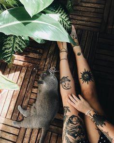 zeichen ideen viele tattoos auf den beinen von einer frau graue flauschige katze sitzt auf dem boden
