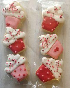 Valentine cookies like cupcakes Mini Cookies, Fancy Cookies, Iced Cookies, Cute Cookies, Sugar Cookies, Mini Cupcakes, Valentines Sweets, Valentines Day Cookies, Birthday Cookies